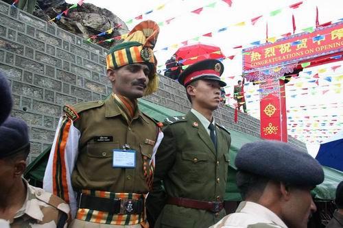中印乃堆拉山口边界线两侧并肩值勤的中印哨兵