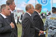 普京手拿雪糕参观2009莫斯科航展