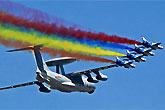 空警2000与歼7战机编队训练