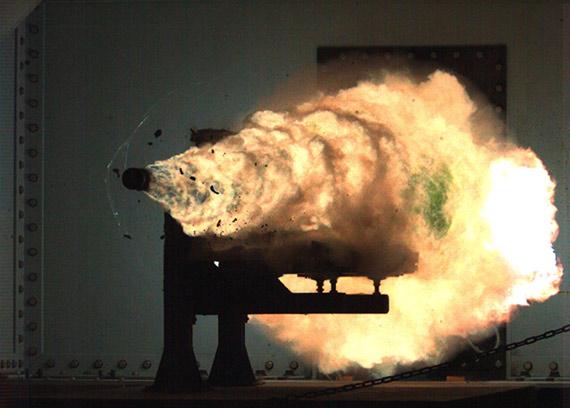 美国海军电磁炮发射瞬间