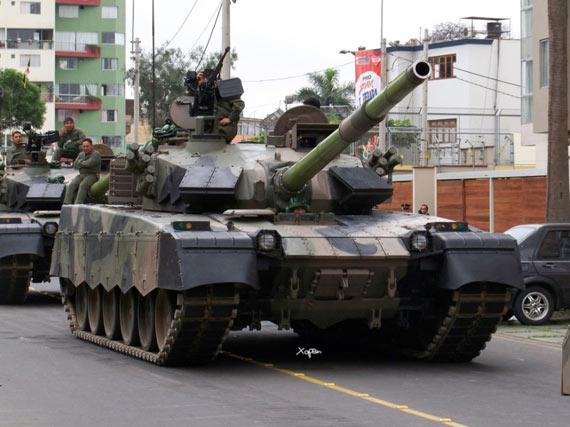 2009年12月8日秘鲁盛大阅兵式上,中国MBT2000主战坦克群亮相