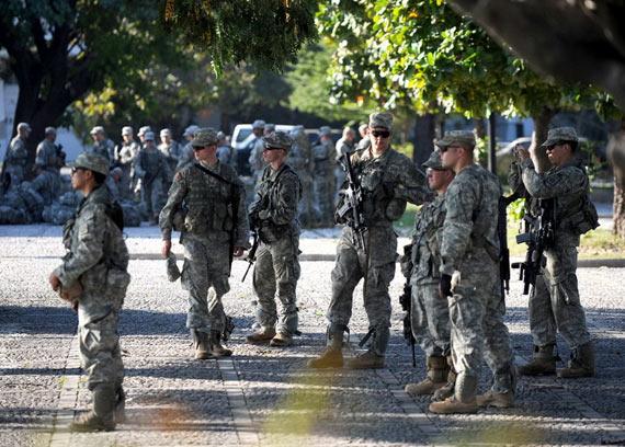 海地街头的美军携带枪支