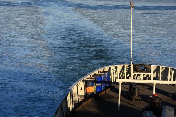 破冰船快速通过浮冰区