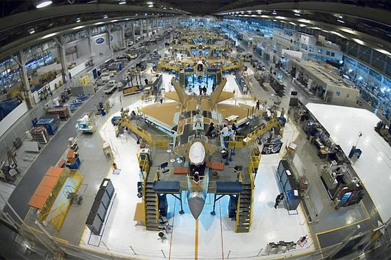 美国空军虽财大气粗,但很多新技术、新产品的预算超支问题仍十分严重,F-22、F-35等战机都因此被裁减或延期,让军方吃不消。