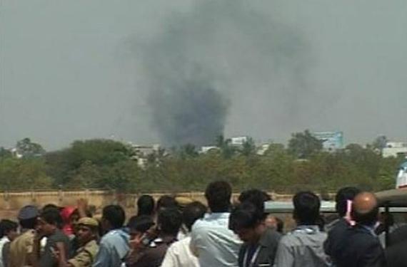 印度军方教练机飞行表演时坠毁致3人死亡(图)