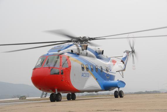 国产AC313直升机准备起飞