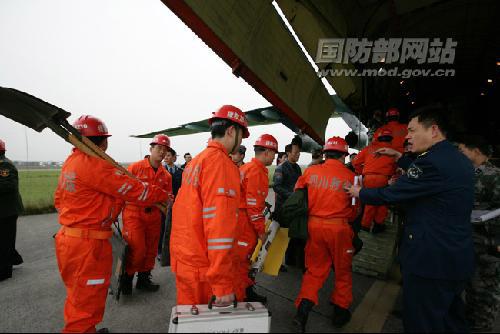 织救援队搭乘空军飞机急赴灾区。刘应华摄