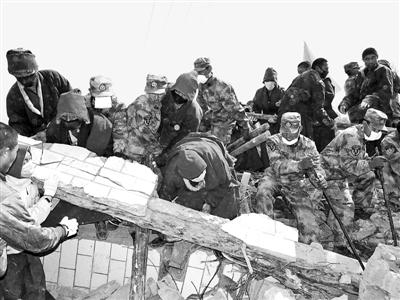 4月18日,兰州军区某团官兵和玉树县结古寺的喇嘛志愿者,与时间赛跑,在扎西大同村继续寻找生命奇迹。本报记者柳军摄