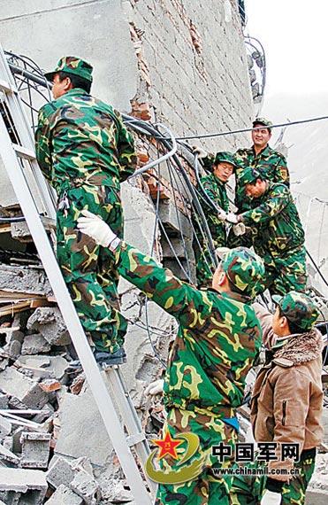 青海某预备役旅通信营应急分队抢修震后通信线路,确保灾区通信畅通