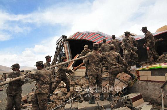 4月19日,兰州军区部队正在玉树地震灾区搭建帐篷