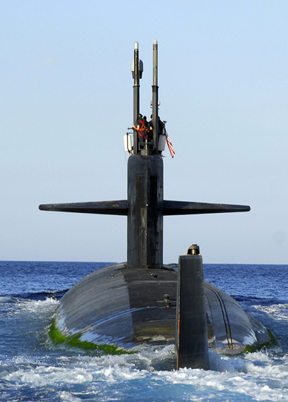 俄罗斯已研制出一种能够发现在深水活动潜艇的军用卫星。资料图:美国海军洛杉矶级核潜艇海上活动