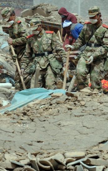 4月19日,武警战士在玉树地震灾区结古镇的一处废墟搜寻遇难者。侯德强摄