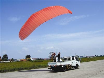 遥控动力翼伞试飞准备中。刘兰徽摄