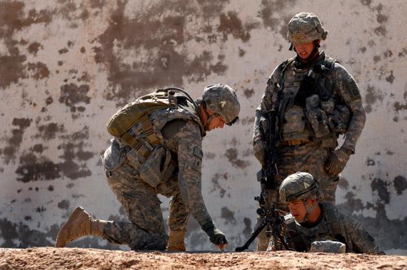 资料图:驻阿富汗美军在研究阵地布局