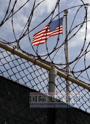 美国国旗在古巴关塔那摩湾美国海军基地拘押中心迎风飘扬。本报记者蒋国鹏/摄