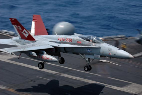 2008年3月21日,部署到台海附近海域的美军第七舰队所属尼米兹号(CVN-68)核动力航母上的一架的F/A-18A战机正在进行起降训练,