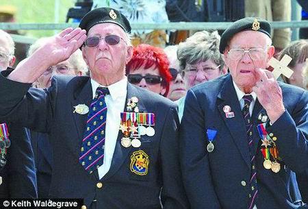 参加纪念活动的退伍老兵多年逾九旬