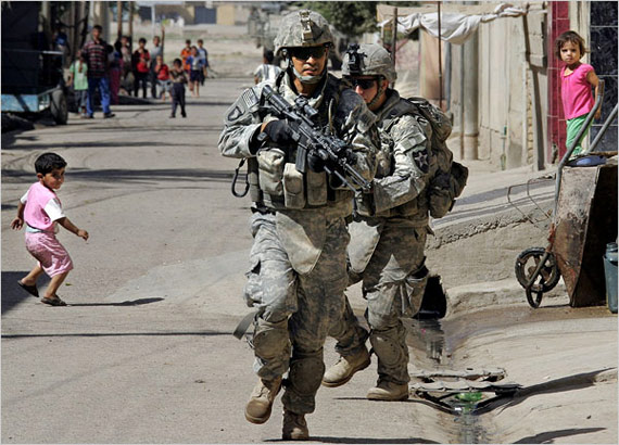 资料图:美军士兵在伊拉克执行任务