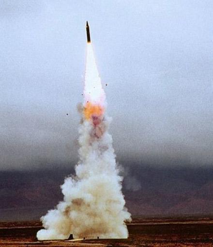解放军二炮部队陆基机动型东风-21导弹发射升空