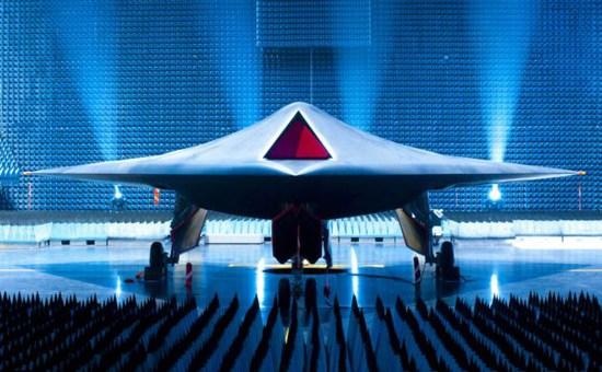 """英国国防部12日公开展示研发中的最新无人战斗机(UCAV)""""雷神""""。"""