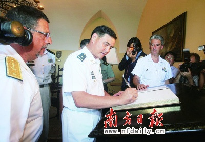 local time on August 2, escort commander of the formation Zhang pomelo Major General, Political Commissar Chen Yan to visit the Italian Navy Fleet Commander Rear Admiral Lieutenant 。