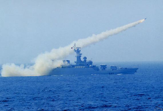 资料图:中国海军541号导弹护卫舰在东海演习时发射导弹。