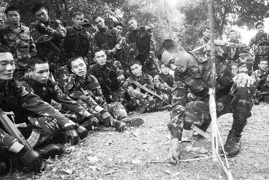 泰方队员讲解野外捕猎工具制作使用方法。於晨摄