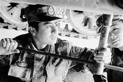 兰州军区某装甲旅坦克三连连长雷永涛。
