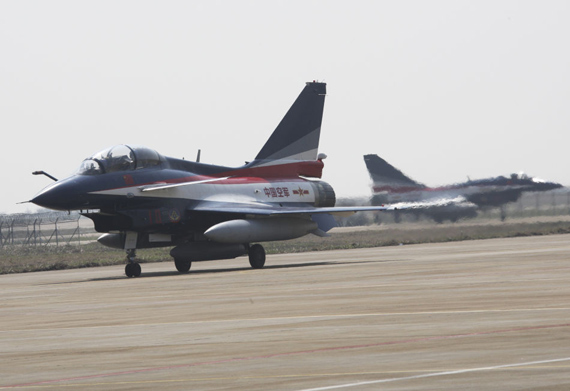 flight demonstration team to re-paint the F-10 aircraft arrived at the Zhuhai air show exhibition. Xinhua News Agency (High Han photo)