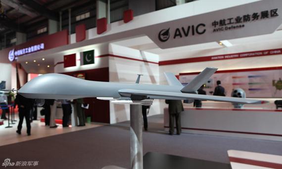 中国军工在本届珠海航展上展示了一架新型攻击型无人机,该机外形美军捕食者非常相似。其机翼下加挂两枚专用轻型空地导弹,现场未看到有文字介绍。摄影:杜长军
