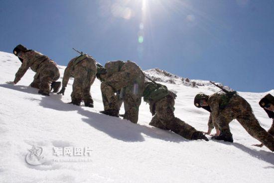 资料图:解放军驻西藏边防官兵在雪山上巡逻