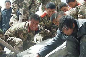 武警出动3000兵力在玉树震灾区实施紧急救援