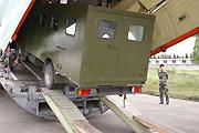 救灾设备被装上伊尔-76运输机