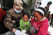 小女孩在医疗方舱接受治疗