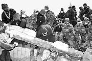 兰州军区战士与喇嘛一起救援