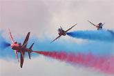 红箭飞行队玩惊险空中特技