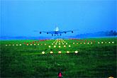 灯光引导飞机降落