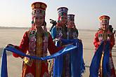 热情的蒙古族姑娘献哈达
