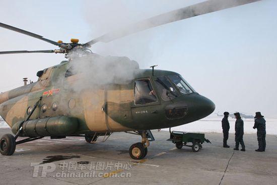 直升机进行通电检查。梁宏涛摄