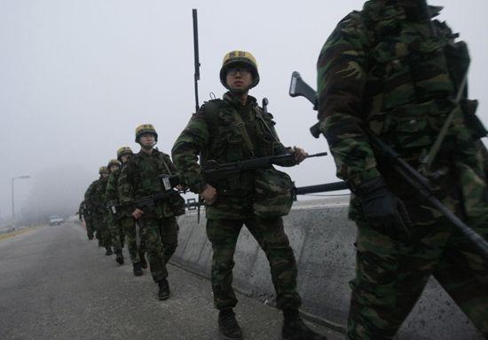 资料图:12月19日,韩国士兵在延坪岛巡逻