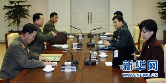 2 August, South Korean side in Panmunjom, South Korean Defense Ministry chief of North Korea policy of the text still are Colonel (right) and the right of the Korean People's Army colonel, respectively, Mr. Lee led a delegation to the talks.