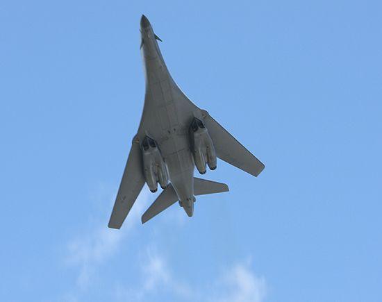文章称美军B-1B能够达到超音速标准,但它仍然只能亚音速巡航,只有在突防时才会使用超音速。