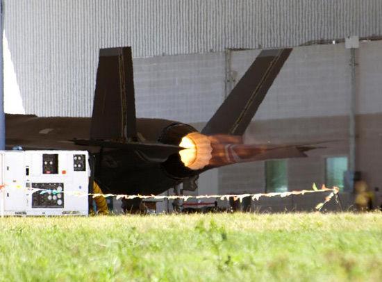 资料图:美国F-35战机发动机正在进行试验