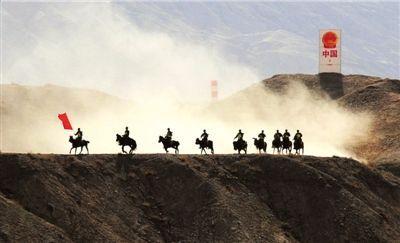 边防骑警分队沿山脊一线快速运动,实施外围高地封控。 本报通讯员李光印摄