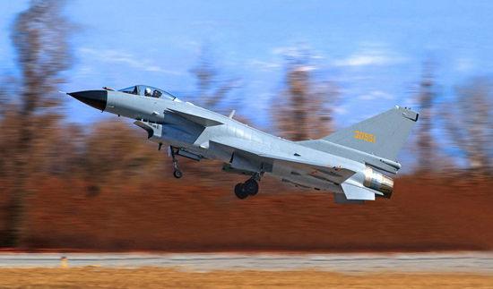 据俄罗斯《真理报》5月17日刊文称,中国正在积极发展所有类型的军用飞机。不久前,中国成功测试了可发射导弹的海军新型轰炸机轰-6K(前苏联图-16轰炸机高度现代化的版本),该轰炸机成功进行了新型导弹的发射。在不远的未来,我们有望看到中国战略飞机的发展。   文章称,中国还成功进行了无人机的研发。就这一点而言,外国军事专家担心在不久的将来,中国将可能在军用飞机方面赶上,并最终超过西方。中国不打算依赖于外购,因为依赖外国制造商将置大国于危险境地。   去年,在珠海航展上,中国展出了数十款无人机模型。美国空军