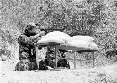 中国狙击手在移动靶射击比赛中。新华社发