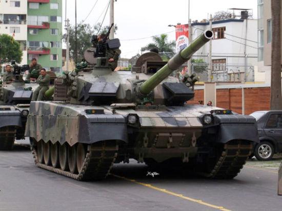 资料图:2009年12月8日亮相秘鲁独立日庆典的中国产MBT-2000主战坦克