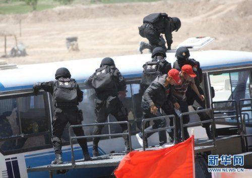 """5月6日,中国和吉尔吉斯斯坦、塔吉克斯坦在新疆举行""""天山-2号(2011)""""上合组织成员国执法安全机关联合反恐演习。演习分为""""武力解救人质""""和""""定点清剿""""两个课目。"""