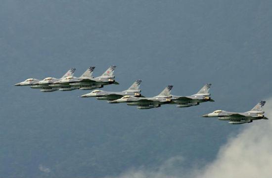 """资料图:台湾""""空军""""现役的F-16A/B MLU型战机"""