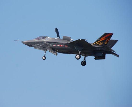 资料图:2011年7月29日,在美国帕图森河海军航空站进行短距起降表演的F-35B BF-01号试验机。 图片来源自网络